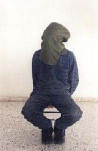 """בצלם - אחת משיטות העינויים בהן משתמשים חוקרי שב""""כ. ראשו של הנחקר מכוסה והוא נקשר לכיסא נמוך, לפרק זמן ארוך"""