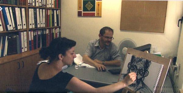 """רותי סלע, שיחה בנושא חקיקה עם עו""""ד שפט, דימוי מתוך וידאו, 2012 (סריקה מתוך קטלוג אמנית העיר)"""