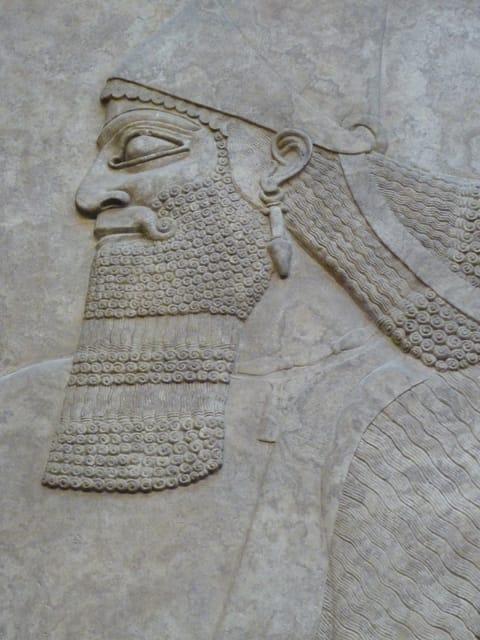 תבליט ראשו של מלך אשור