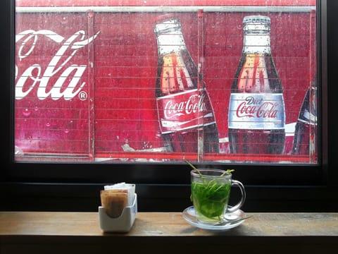 נורית ירדן - פרישמן, תה עם נענע מול משאית קוקה קולה