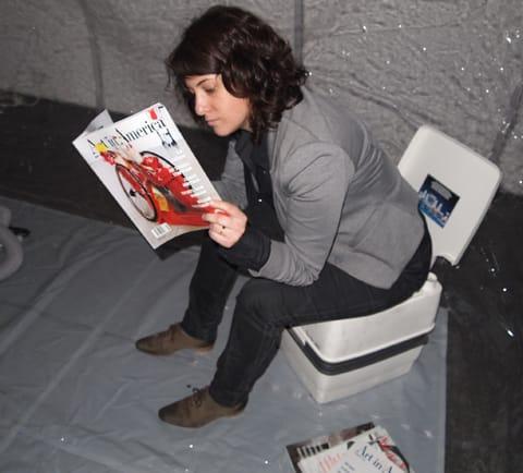"""הילה כהן-שניידרמן קוראת חומרים מקצועיים ב""""חדר מצב"""", צילום: איתי זיו"""