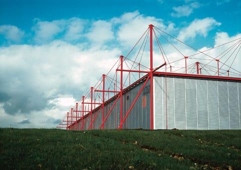 ריצרד רוגרס   ושו''ת - מפעל פלייטגארד, קמפייר, צרפת 1979-1981 ''המקצב של הסטרוקטורה הצבועה באדום נותן חיים לצורה המלבנית השקטה שמתחת''.  צילום: ( A ©) קן קירקווד צילום באדיבות קן קירקווד & רוגרס, סטירק הרבור ושו''ת.