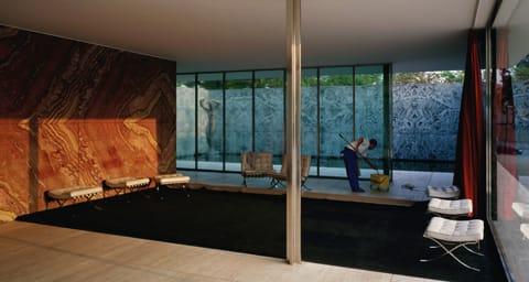 """ג'ף וול, """"ניקיון של בוקר"""", קרן מיס ון-דר-רוהה, ברצלונה, 1999. שקף בקופסת אור"""