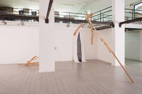 """מתוך התערוכה """"תחזיק בקצוות"""" בגלריה מנשר. צילום: יובל חי"""