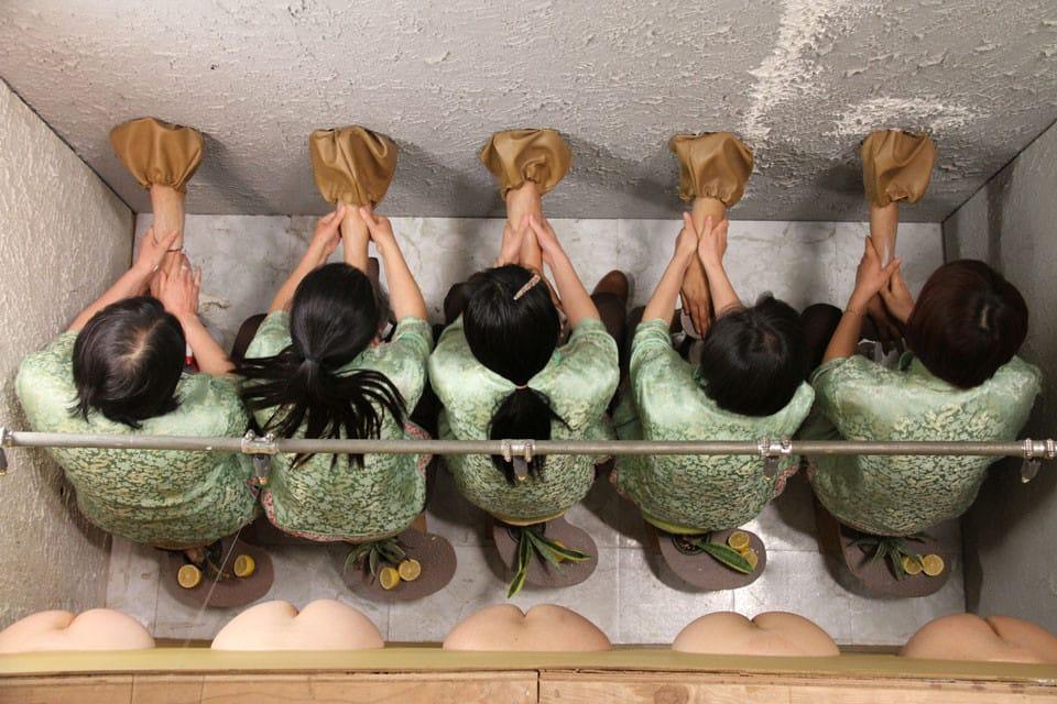 """מיקה רוטנברג - מתוך העבודה """"Squeeze״, 2010. צילום: גלריה אנדריאה רוזן, ניו יורק"""