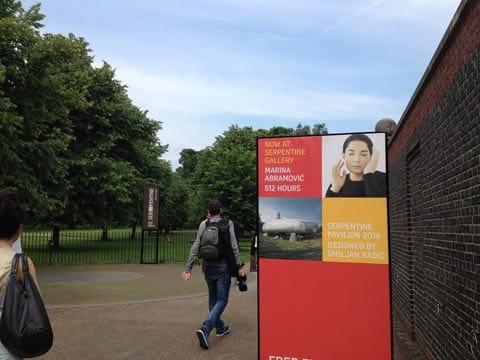 כניסה לתערוכה בגלריה סרפנטיין, לונדון. צילום: דבי לוזיה