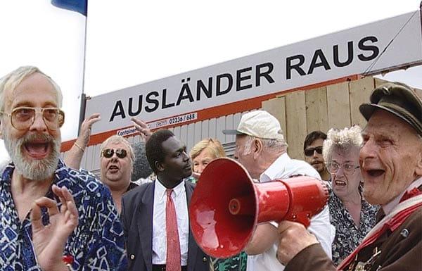 פול פואט, זרים החוצה! המכולה של שלינגנזיף, אוסטריה, 2002, 90 דקות (מתוך התערוכה ״המסתננים״)