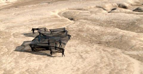 שרון גלזברג - סטילס מעבודת הוידאו ״ארץ החול״ בגלריה קו 16