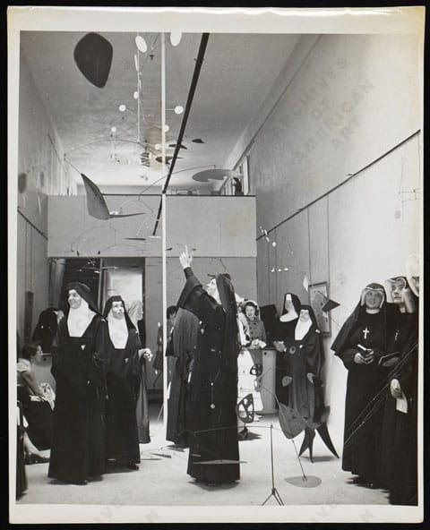 נזירות בוחנות את המוביילים של קלדר בגלריה פרנק פֶּרְלְס, 1953. צילום: אן רוזנר. כל הזכויות שמורות למוזיאון סמית'סוניאן.