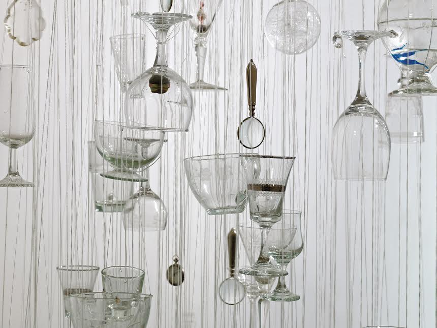 דבורה מורג - כוסות זכוכית תלויות מגלגל אופניים (פרט)