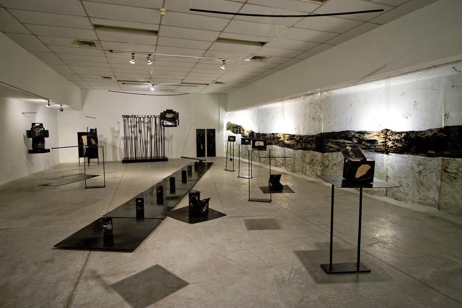 """אסנת רבינוביץ, """"מאחורי ומצדדי"""", בית האמנים, תל אביב, 2007 צילום: רחל הירש"""