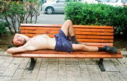 חנה סהר: אדם ישן ברחוב
