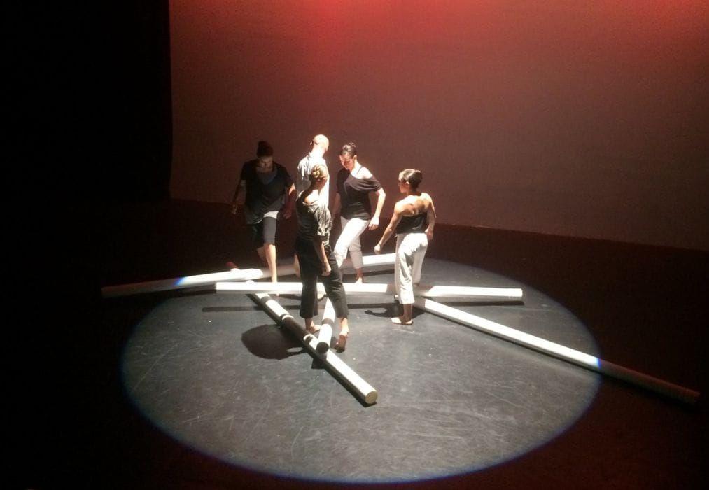 """Valerie Green/Dance Entropy וקרן ענבי, מתוך המיצב/ריקוד """"אוטופיה"""", 2018"""