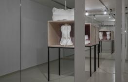 בזות טהורה: אודות התערוכה 'עירום' של לאה אביטל